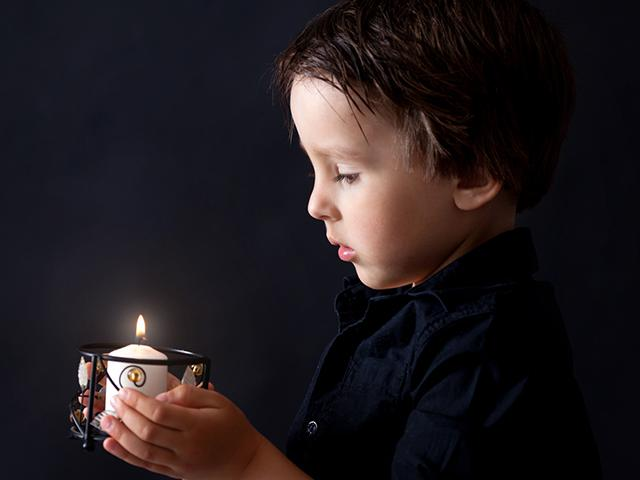 boy-candle-light_si.jpg
