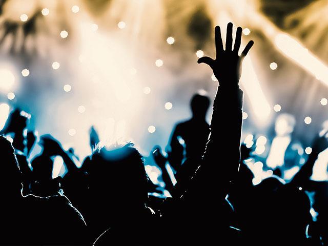 concertcrowdhandsraisedas