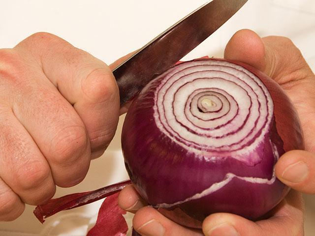 cook-peeling-onion_si.jpg