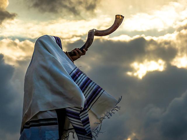 jewish rosh hashanah man blowing shofar