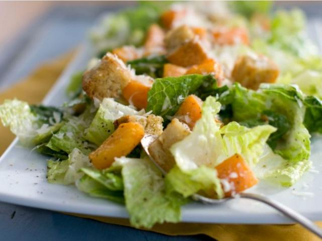 Food regulators are urging Americans not to eat any romaine lettuce because of a new food poisoning outbreak. AP photo.