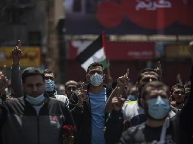 Palestinos partidarios de Hamas cantan lemas contra Israel durante una protesta en solidaridad con los fieles musulmanes en Jerusalén, en la Ciudad de Gaza, el 23 de abril de 2021. (AP Foto/Khalil Hamra)