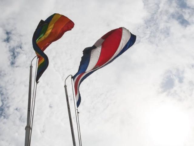 Bandera de Costa Rica al lado de la bandera gay.