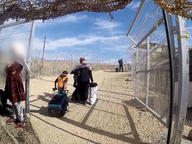 Syrians Exit Security to Enter Camp Ichay, Photo, CBN News