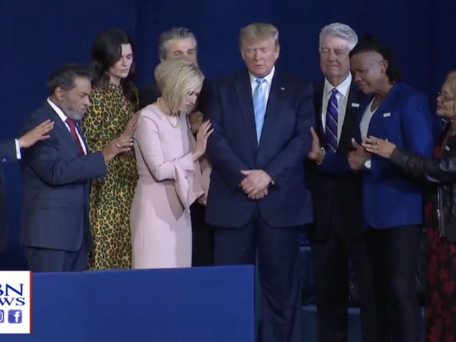 Líderes evangélicos oran por el Presidente Trump. CBN News