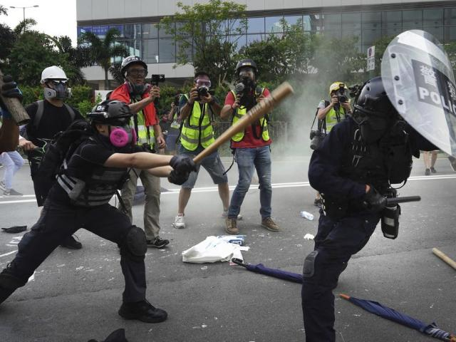 Police and demonstrators clash during a protest in Hong Kong, Saturday, Aug. 24, 2019 (AP Photo/Vincent Yu)