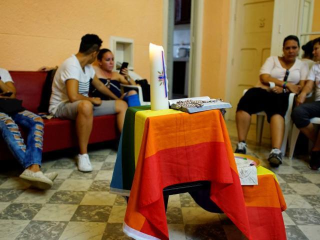 REUTERS: En la foto, activistas de la comunidad LGBT participan en un chat antes de un servicio religioso en Habana.