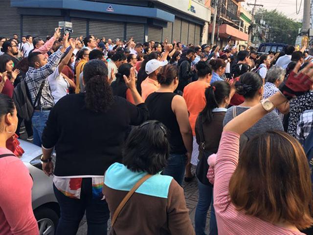 Cristianos hondureños orando en las afueras del Congreso. Foto: La Tribuna