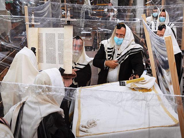 Praying at Israeli Synagogue During COVID