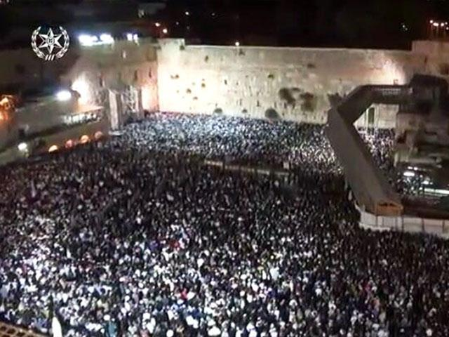 Tens of Thousands Pray at the Western Wall, Photo, IDF