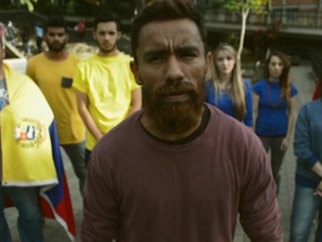 Sanel González al frente del grupo que participó en el video.