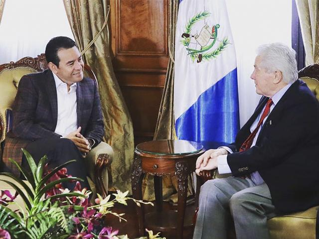 Presidente de Guatemala, Jimmy Morales (izquierda), junto a Luis Paulau