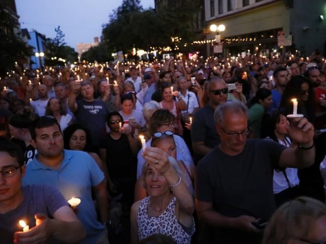 Ohio vigilia (AP Photo/John Minchillo)