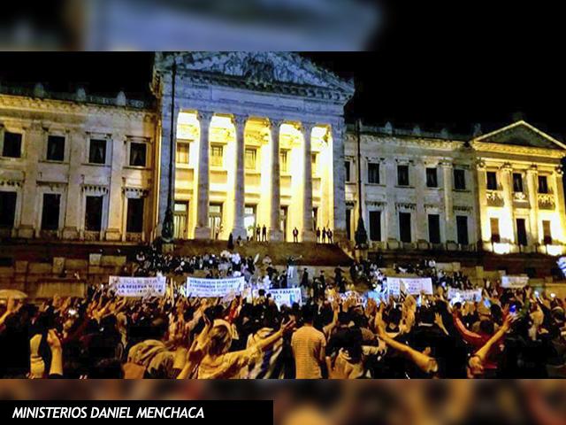 Cientos de uruguayos oran frente al Palacio Legislativo