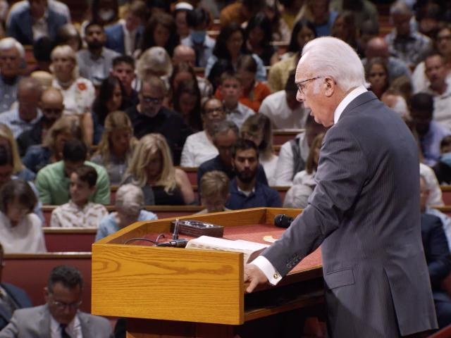 Pastor John MacArthur speaks at Grace Community Church