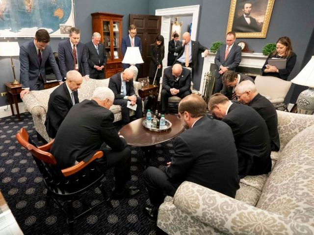 Vice President Mike Pence prays with coronavirus task force (Photo: White House)