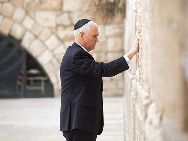 Mike Pence visita el Muro de los Lamentos en Jerusalén.