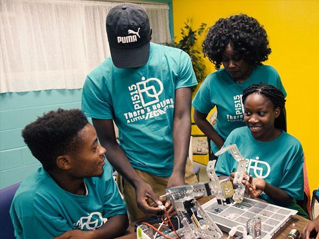 Refugee teens learn computer skills