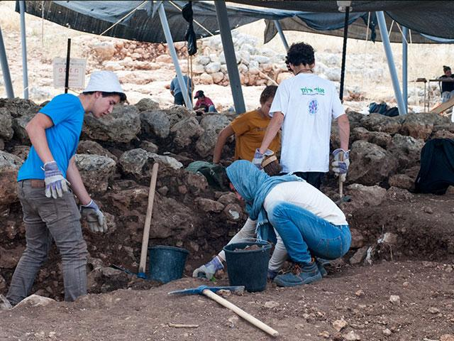 Students Participate in Rosh HaAyin Dig, Photo, IAA, Gili Stern
