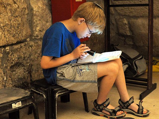 Reading at the Western Wall on Tisha B'Av, Photo, GPO, Amos Ben Gershom