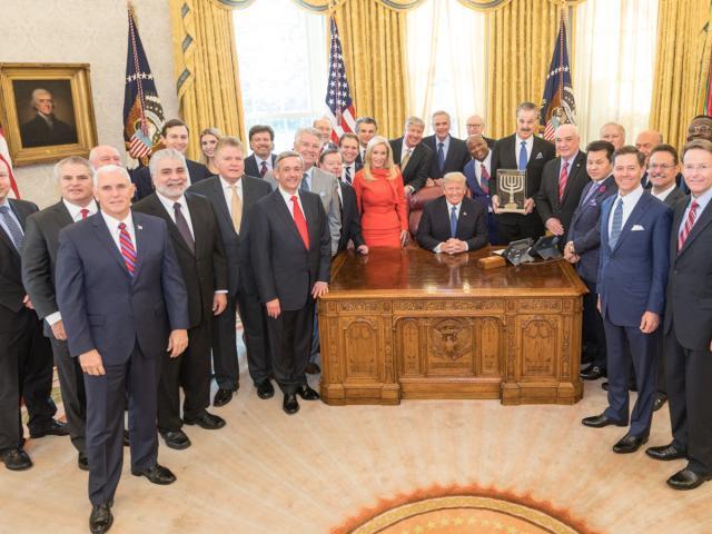 Donald Trump junto a pastores evengélicos.