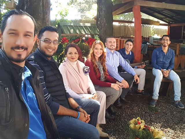 "El elenco del video musical de Mundo Cristiano titulado ""Vuelve la Esperanza""."