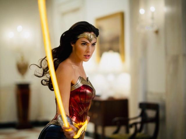 Wonder Woman 1984 wielding gold lasso in White House