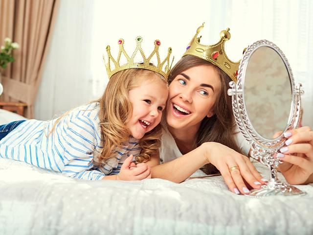 mirror-mother-daughter-crowns_si.jpg