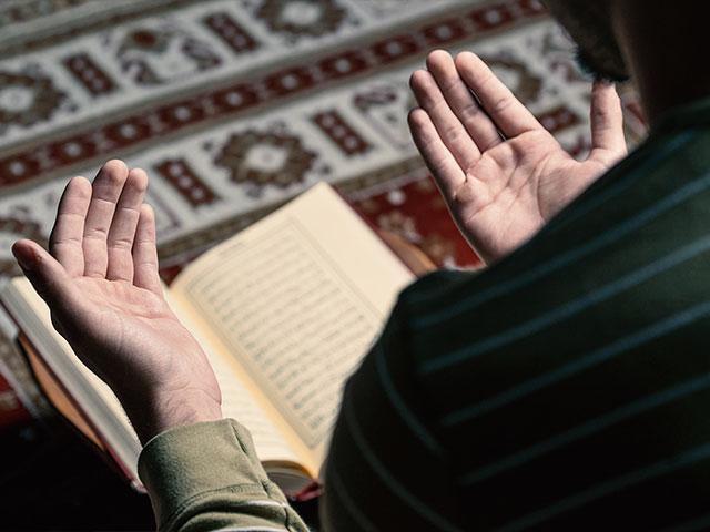 muslimmanprayingquranas