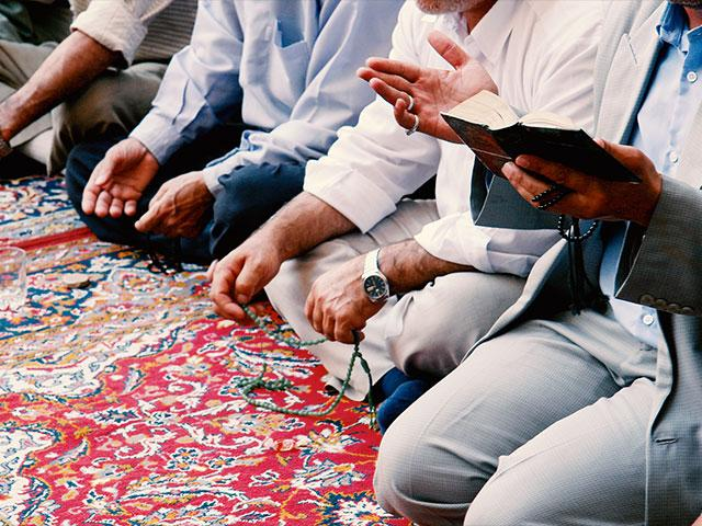 Muslims praying 3