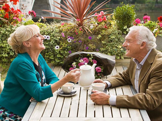 senior-couple-restaurant_si.jpg