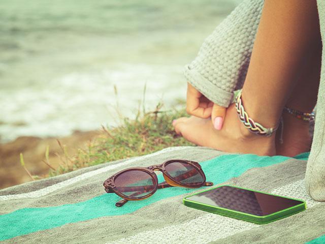 sunglasses-beach-setting_SI.jpg