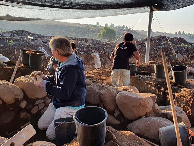Work on the excavation. Photo: Einat Ambar-Armon, Israel Antiquities Authority