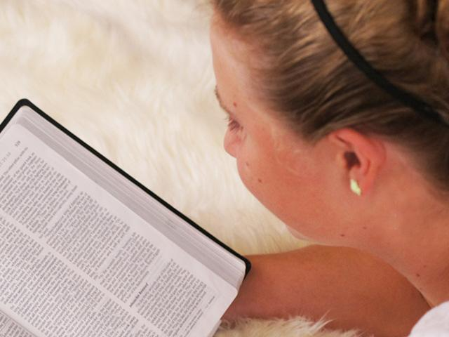 teen-reading-bible_si.jpg
