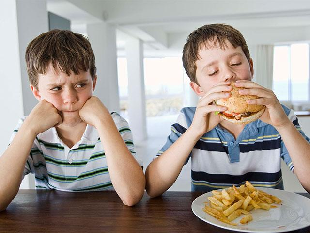 unfair-boys-hamburger_si.jpg