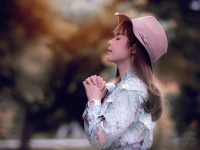woman-hat-praying_si.jpg