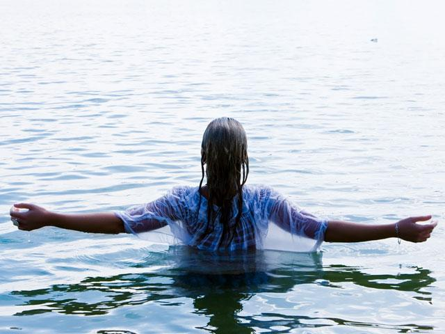 woman-lake-water_SI.jpg