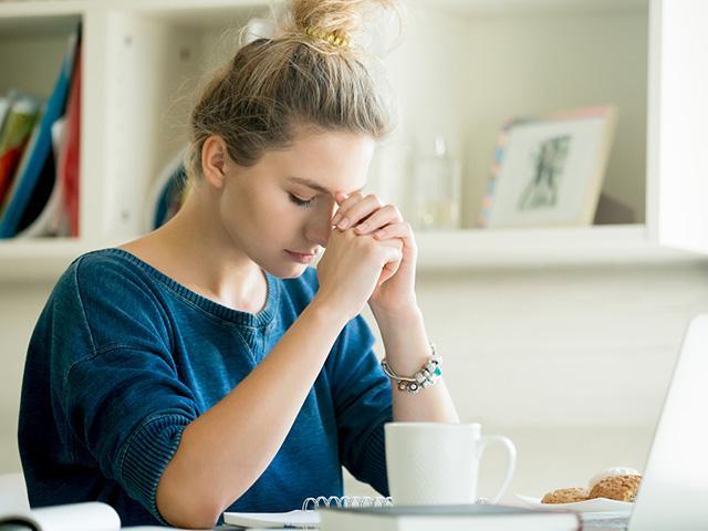 woman-praying-distractions_si.jpg