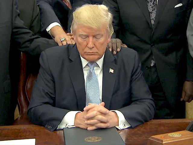 this prayer over president trump in the oval office is going viral cbn news