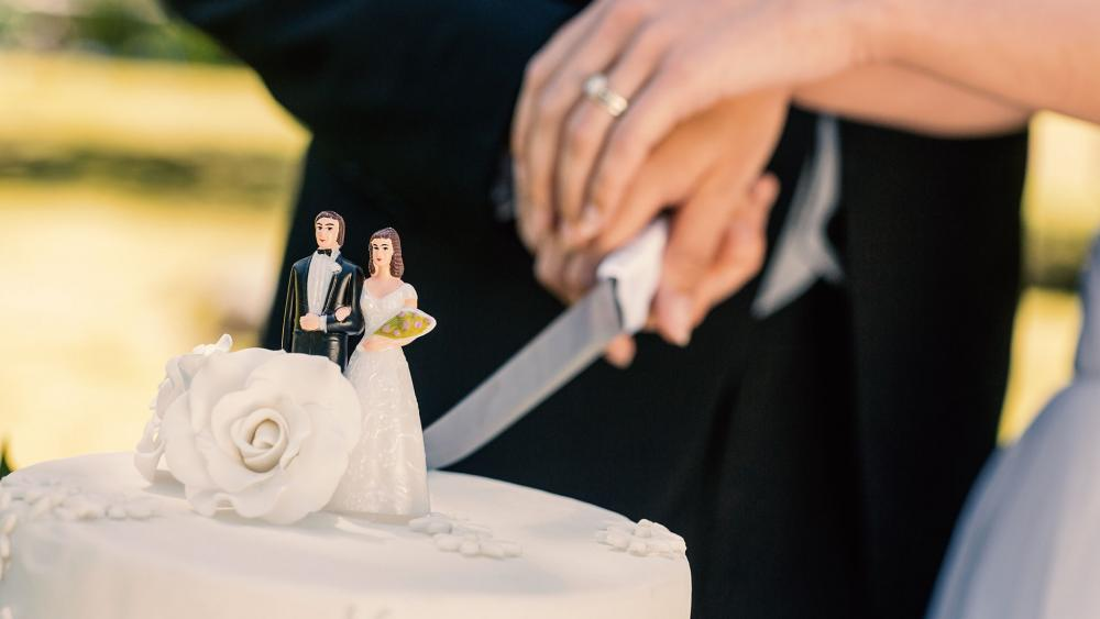 cuttingweddingcakeas