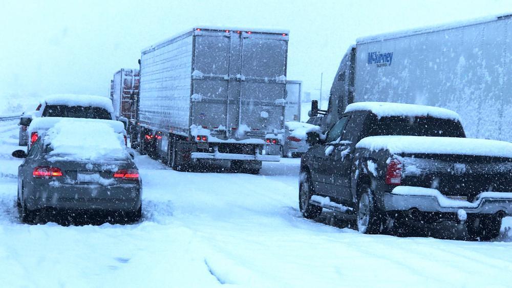 Powerful post-Christmas snow snarls California traffic (Image: screen capture)