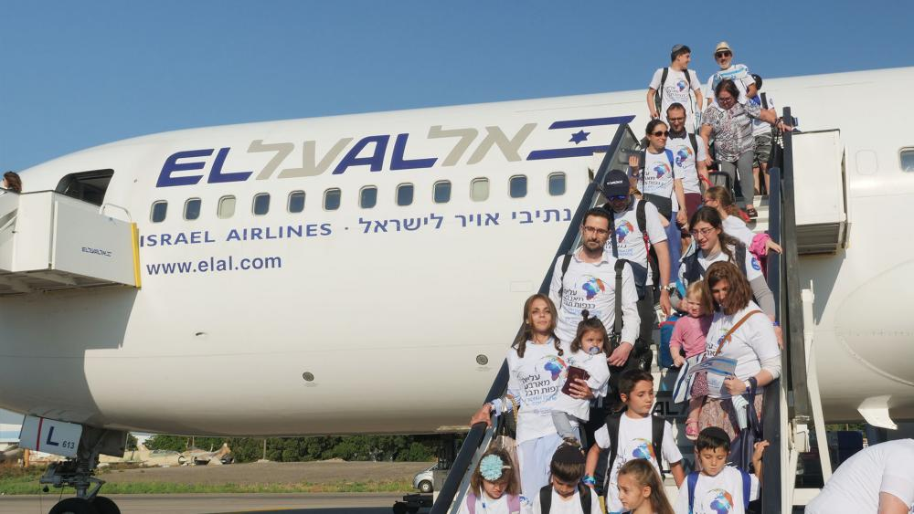 Israel's Newest Citizens Arriving at Ben Gurion Airport, Photo, CBN News, Jonathan Goff