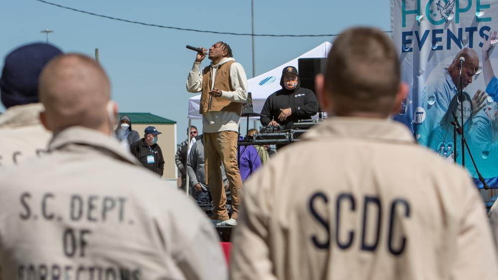 Lecrae actúa en un evento Hope en un centro penitenciario en las afueras de Columbia, Carolina del Sur. Foto cortesía de Prison Fellowship