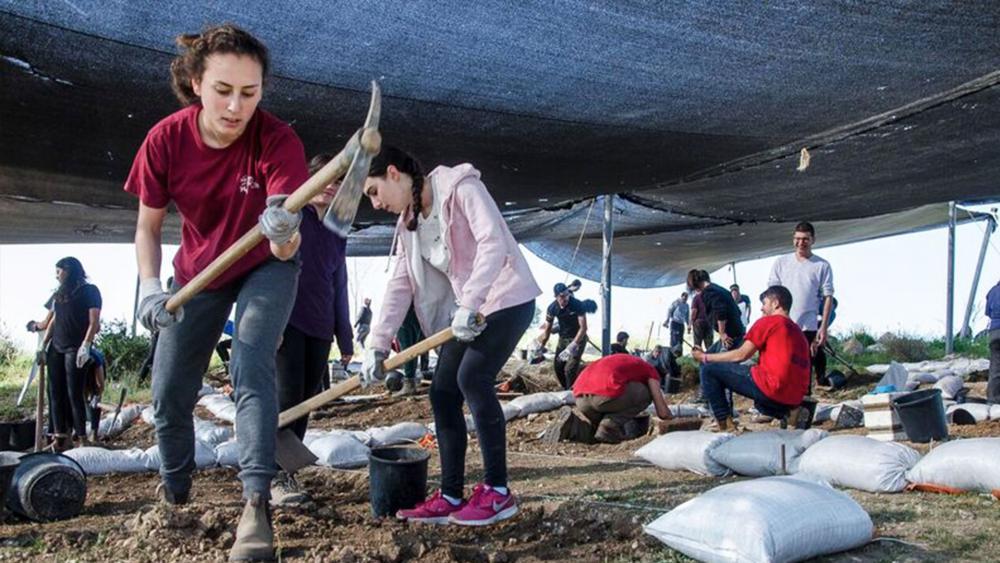 Boyer High School students at the excavation, Photo, IAA