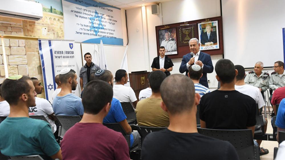 Israeli Prime Minister Benajmin Netanyahu Meets with New Recruits at IDF Induction Base in Tel Hashomer, Photo, GPO, Haim Zach