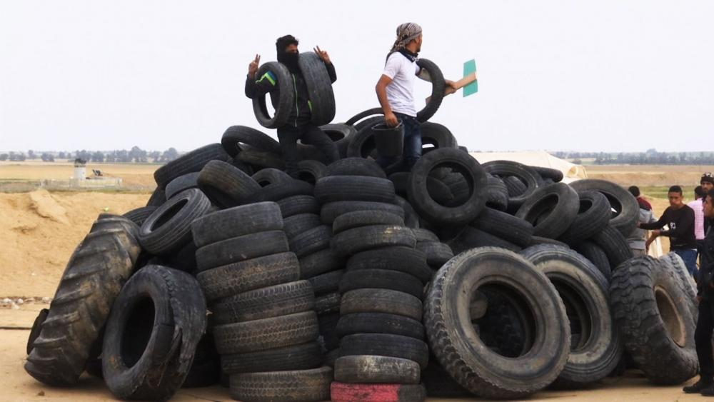 Gazans Collect Tires to Burn
