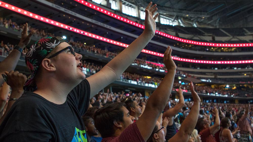 Worshipping at Greg Laurie's Harvest America, Photo, CBN News