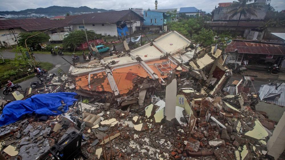 Damaged Roads, Lack of Gear Hinder Indonesia Quake Rescue thumbnail