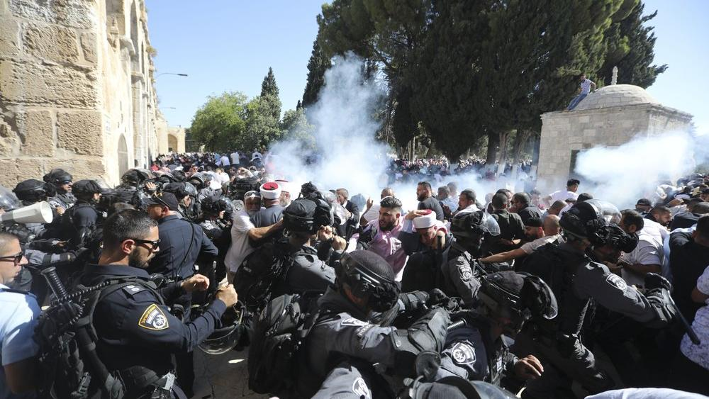 Israeli police clashes with Palestinian worshippers at al-Aqsa mosque compound in Jerusalem, Sunday, Aug 11, 2019 (AP Photo/Mahmoud Illean)