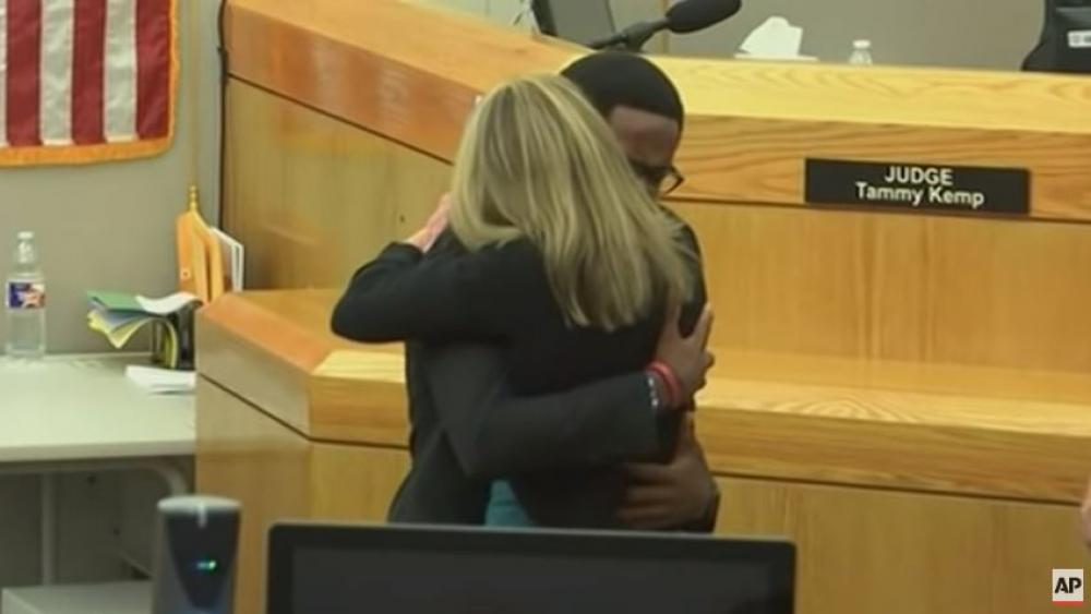 Botham Jean's brother Brandt embraces former Dallas Police officer Amber Guyger who was sentenced to 10 years for killing his brother. (Screenshot credit: AP)